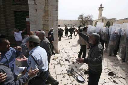 الاحتلال يمنع وصول الفلسطينيين إلى الأقصى