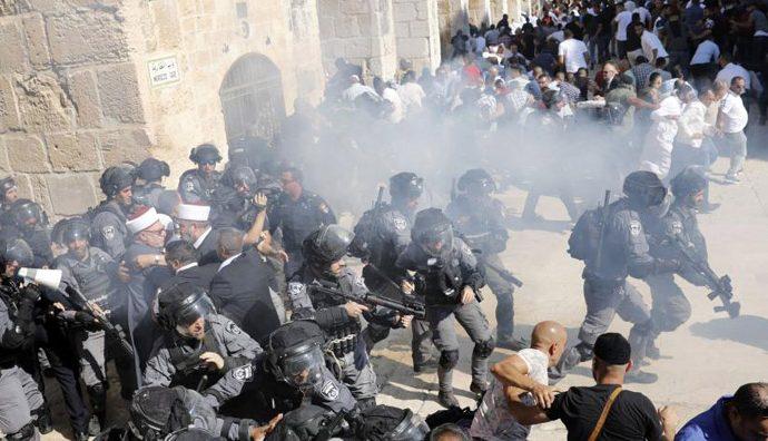 في رسالة للمطبّعين.. المقدسيون يدافعون بصدورهم العارية عن المقدّسات إصابة عشرات الفلسطينيين في اعتداء الاحتلال على المرابطين في الأقصى