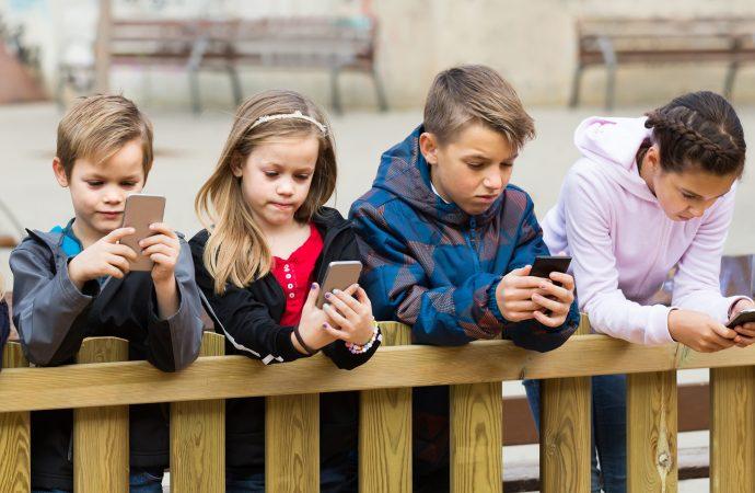 الأجهزة الذكية.. تستحوذ على حياة الأطفال وتؤثر في نموهم الذهني والفكري