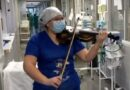ممرضة تخفف آلام المرضى على إيقاع الكمان