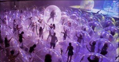 حفلات فنية داخل فقاعات بلاستيكية